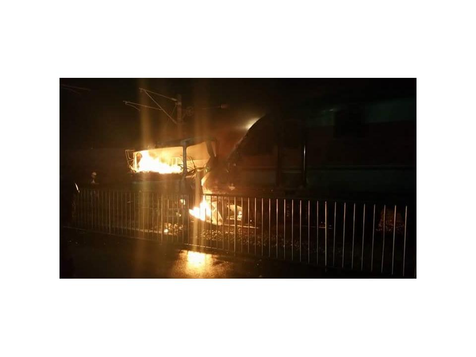 台鐵自強號撞貨櫃車 車頭陷火海釀9傷