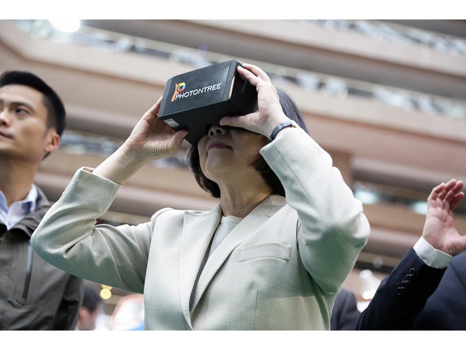 總統蔡英文出席資訊月開幕 體驗VR虛擬實境