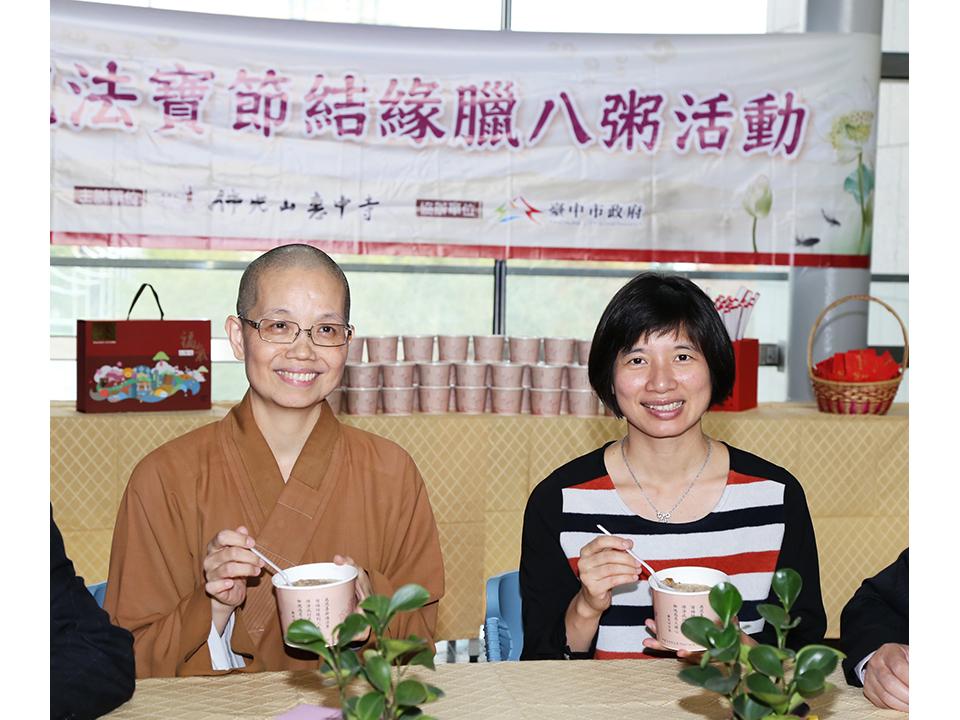 佛光山惠中寺贈新春墨寶 七千份臘八粥和民眾結緣
