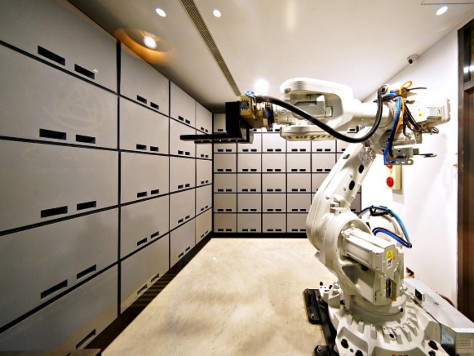 全台第一家的無人自助旅店  機器人會自己搭電梯送飲料?