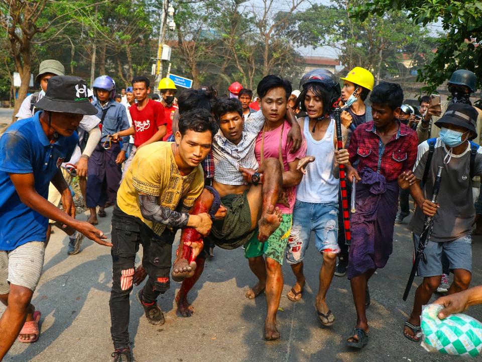 直擊家當塞滿車 緬甸數千人逃命