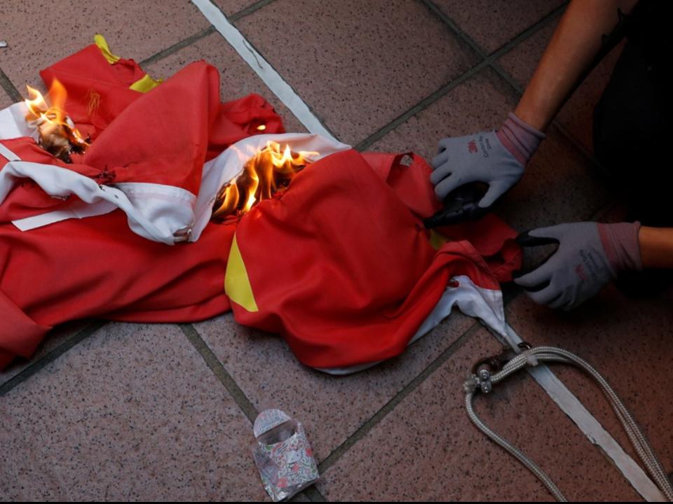 香港反送中騷亂再起!示威者踩踏五星旗 民眾嗆聲遭圍毆