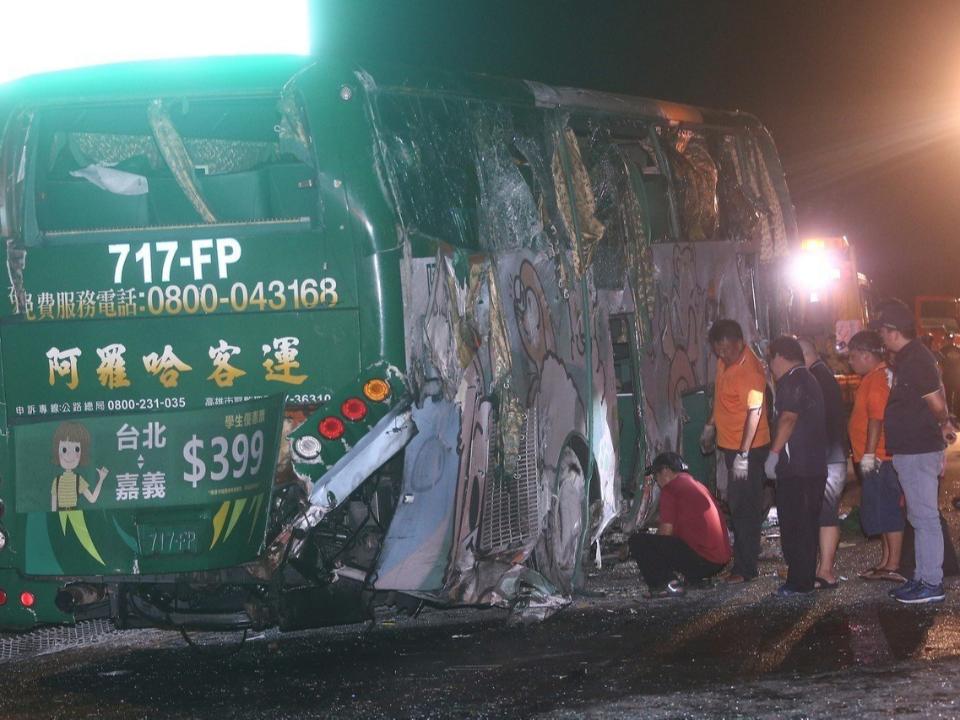 阿羅哈遊覽車國道翻落2死14輕重傷