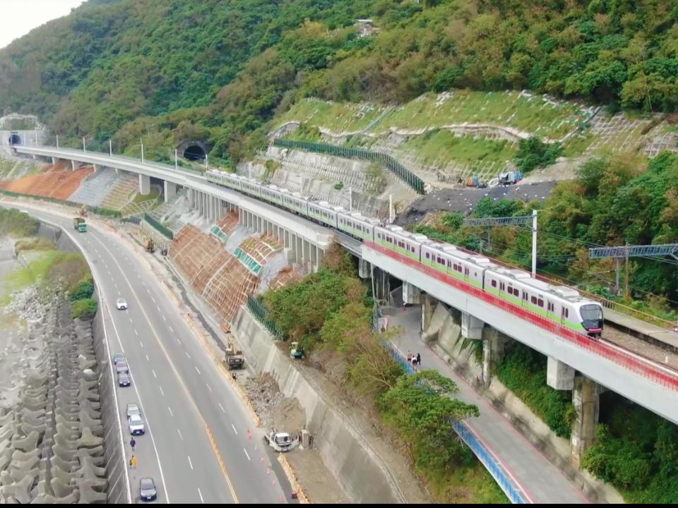 南迴全線電氣化首日卡隧道1小時 台鐵:電車線零件脫落