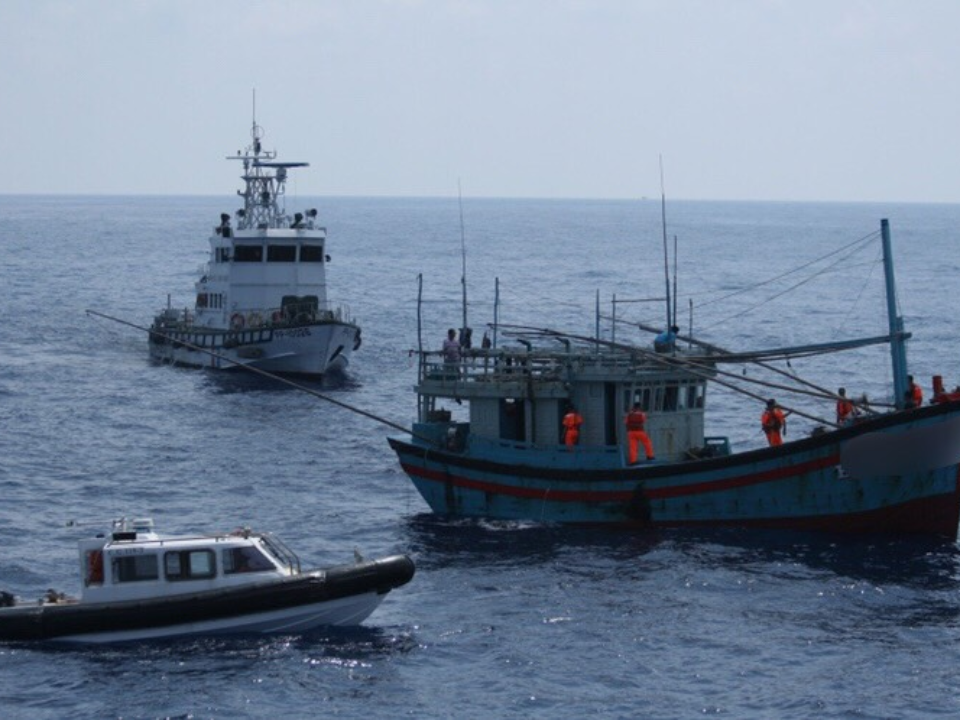 貓鼻頭西南57浬海域發現越南漁船 海巡調派艦艇強勢驅離