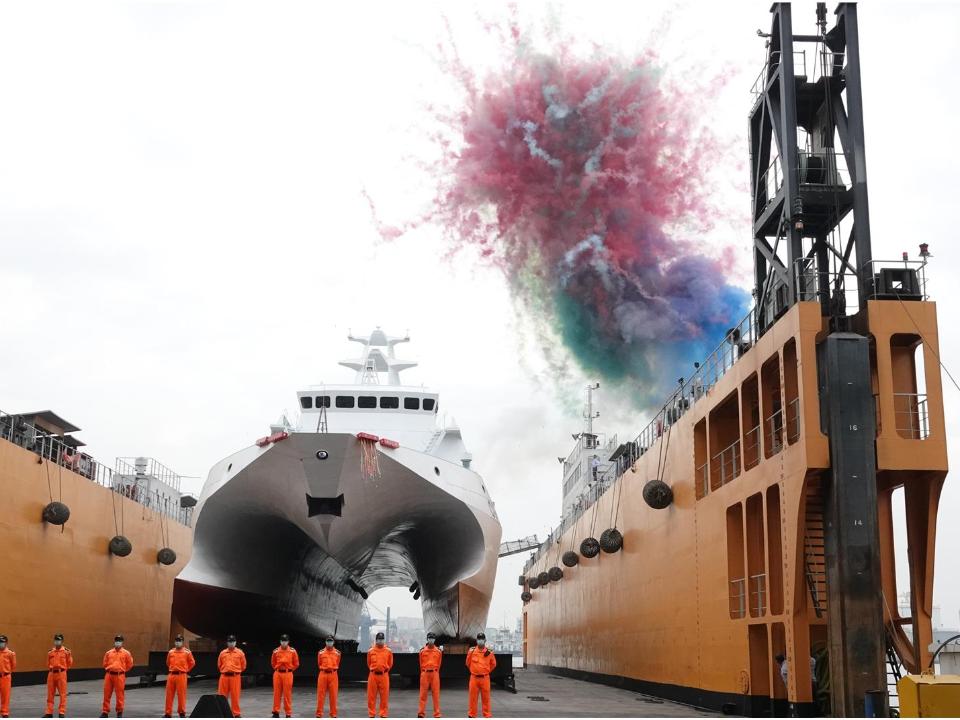 捍衛台海具備平戰轉換功能!海巡600噸級雙船體安平艦擲瓶下水