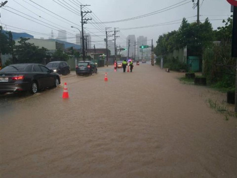 桃園八德淹40cm 台鐵雙線中斷