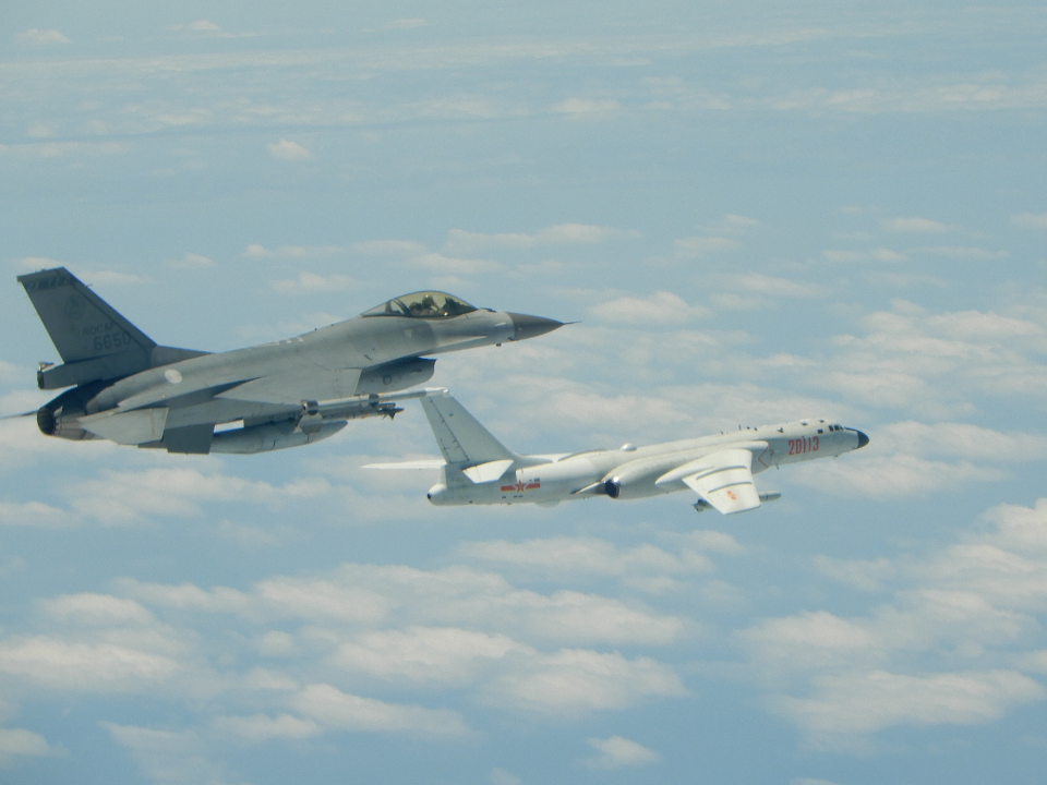1個月內11度擾台!共軍機闖西南空域 遭國軍戰機驅離