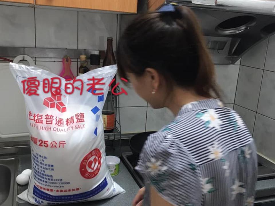 幫老婆買鹽!暖扛25公斤慘被罰跪 網笑:打算醃自己?