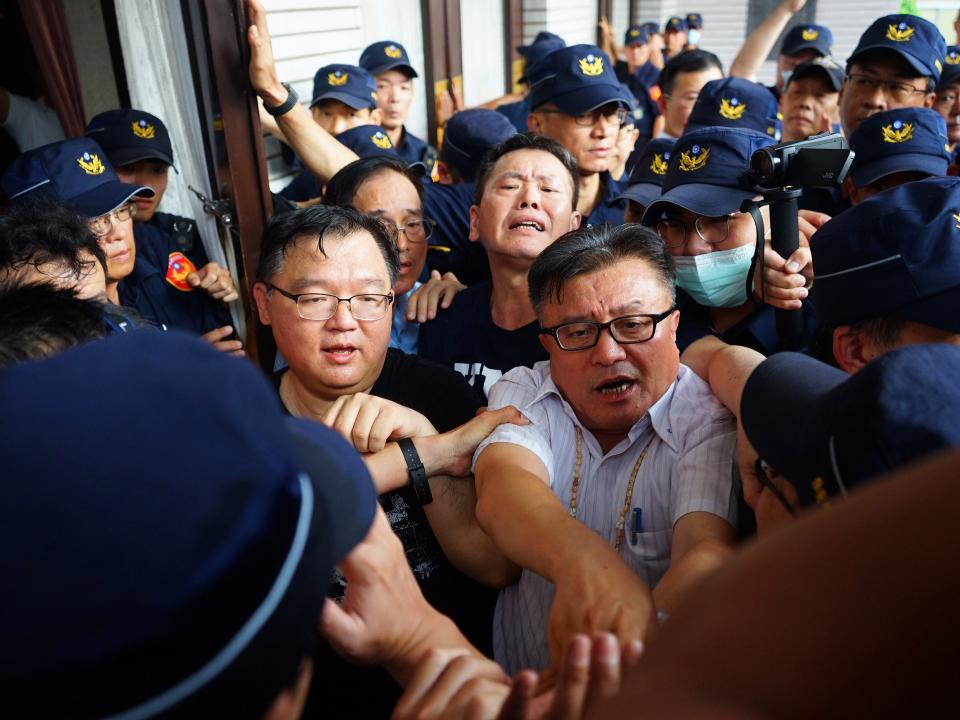 藍委突襲佔領立法院議場 總統府譴責:把台灣的民主當人質