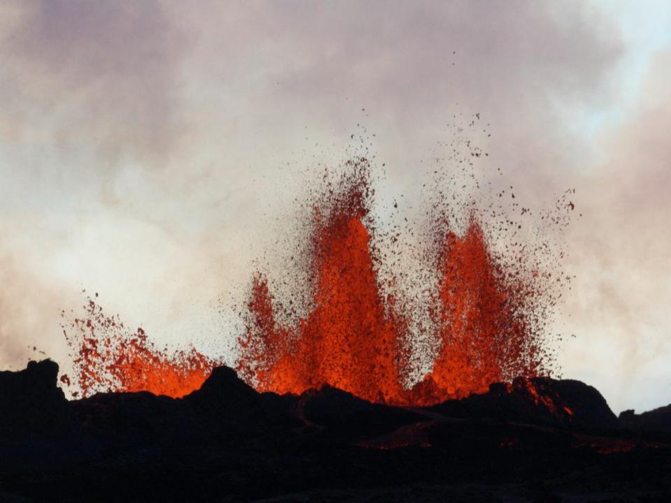 休眠900年火山爆發 染紅冰島