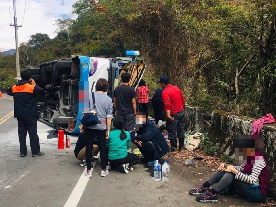 奧萬大中巴翻覆 1人死亡20人受傷
