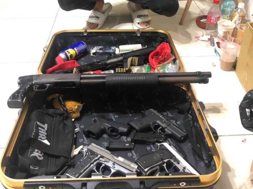 警抄竹聯幫「移動軍火庫」皮箱藏6槍94彈!