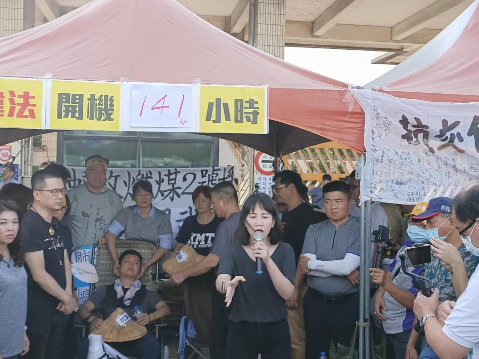 抗議中火重啟 藍營市議員絕食48小時被強制送醫
