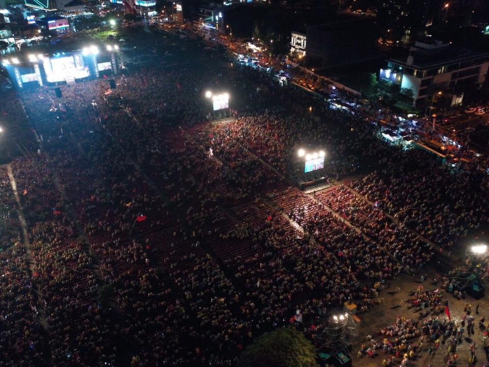 韓國瑜秀「六塊肌政策」 台中勝選晚會號稱30萬人變成5萬人