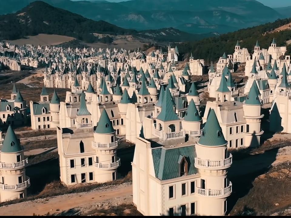 732棟迪士尼風城堡竟淪為廢墟!土耳其「童話鬼鎮」超駭人