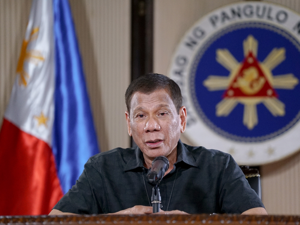 鐵腕防疫!不聽話就槍斃 菲律賓農民拒戴口罩揮刀襲醫護