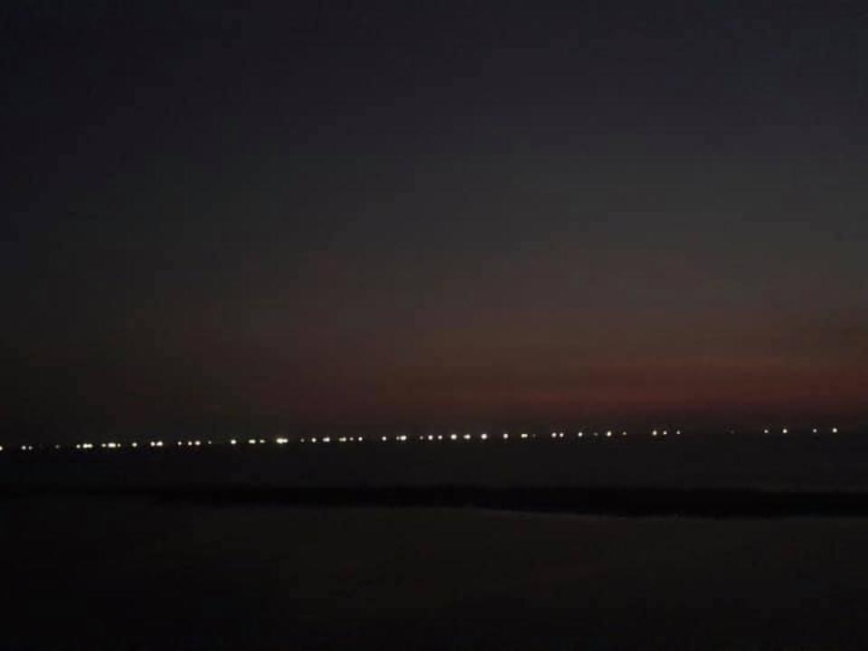 燈火通明如長城!白帶魚聚集恆春外海 漁民出海撈金