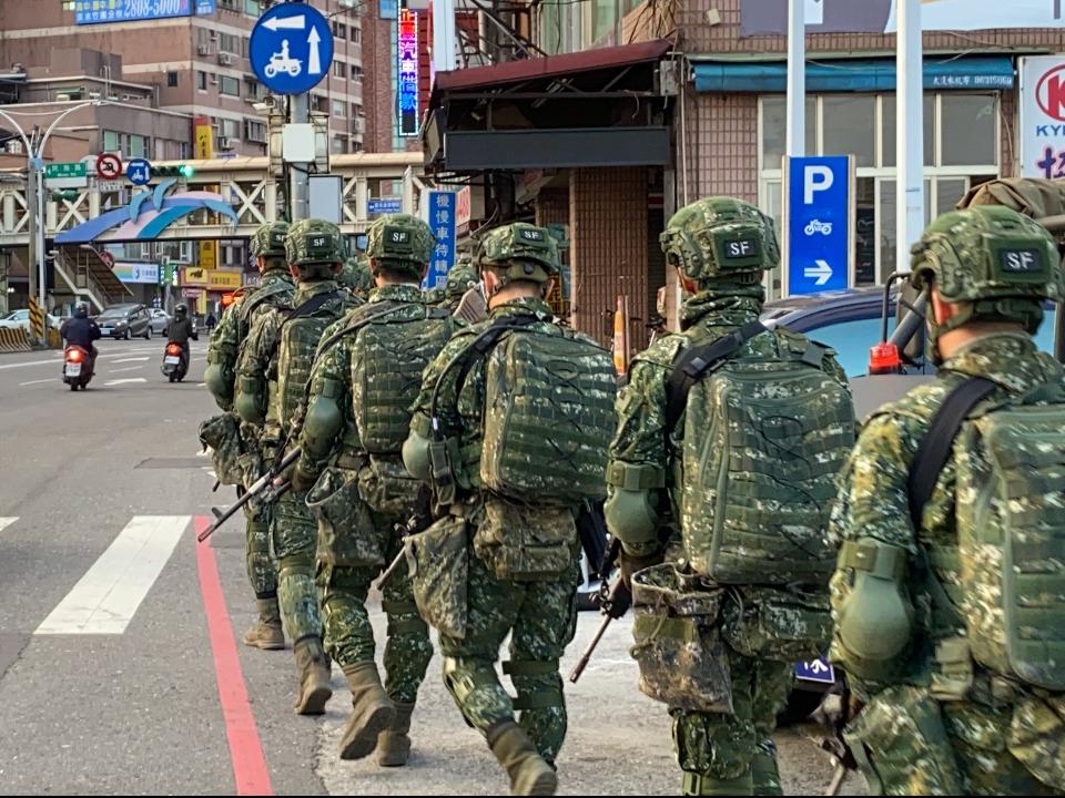 行軍500公里「武裝部隊持槍狂奔」 模擬對抗現蹤淡水街頭