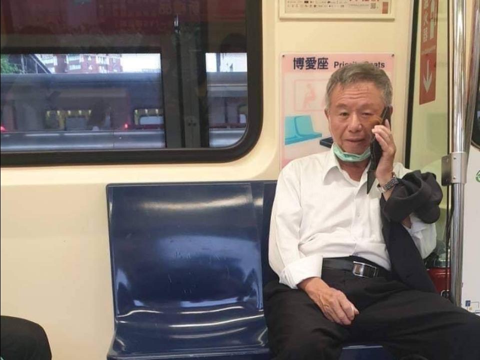 捷運脫口罩遭制止 怒瞪乘客照曝光